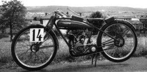 La bicicletta a motore allestita con il doppio carburatore per le competizioni