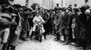 Eva Marzone alla partenza di una competizione motociclistica